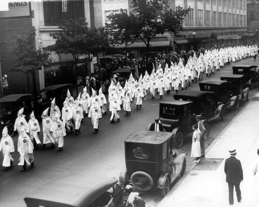 digital map shows sp of kkk across united states like a  wearing white robes and hoods members of the ku klux klan parade on grace street